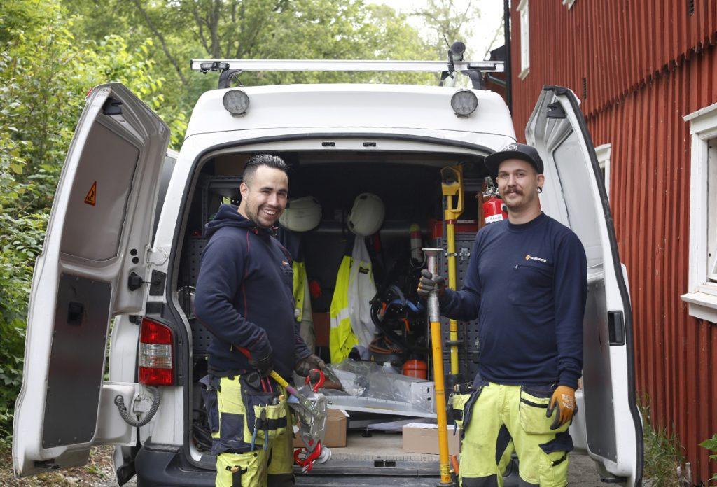 Två arbetare vid skåpbil